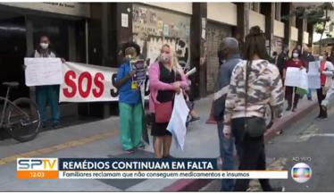 Mães de pacientes que tomam remédio de alto custo protestam contra a falta de medicamentos em SP; 60% dos remédios estão com entrega pendente